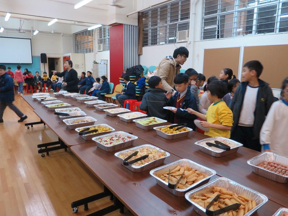 聖誕少不了的一定是派對美食, 同學們都吃得津津有味