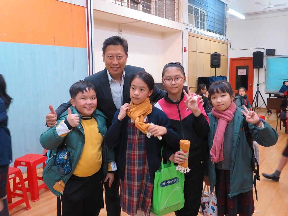 主席與學童開心合照