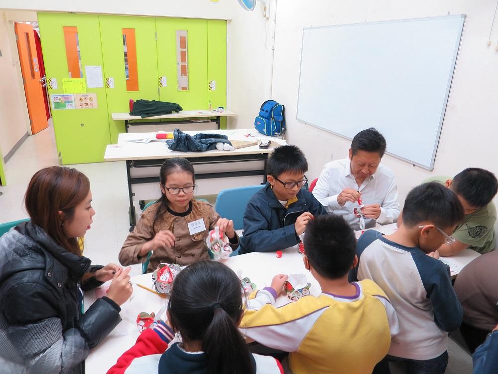 義工與學童很專注地製作手工作品