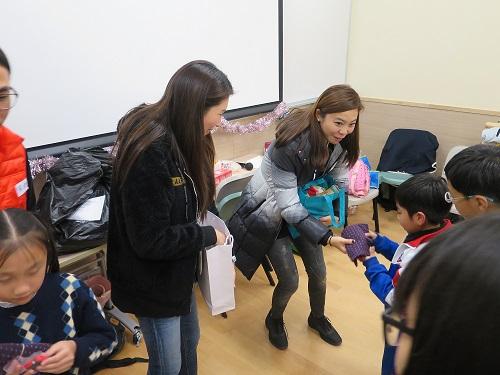 義工們派發禮物給學童