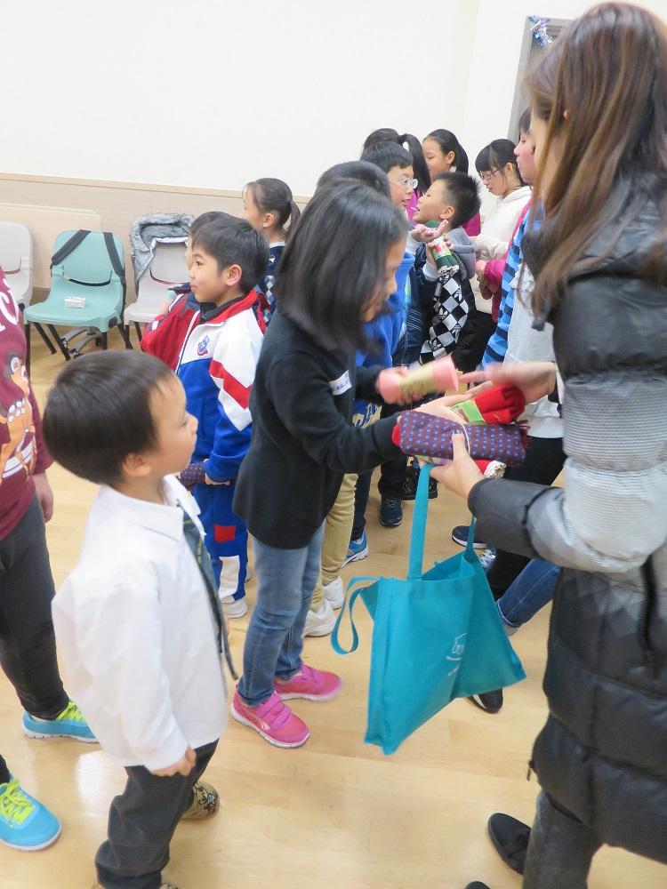 學童都期待會收到什麼顏色的頸巾, 並即時試戴