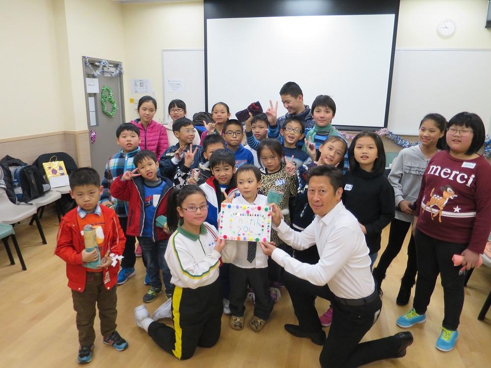 蘇先生接收學童親手製作的精美感謝卡