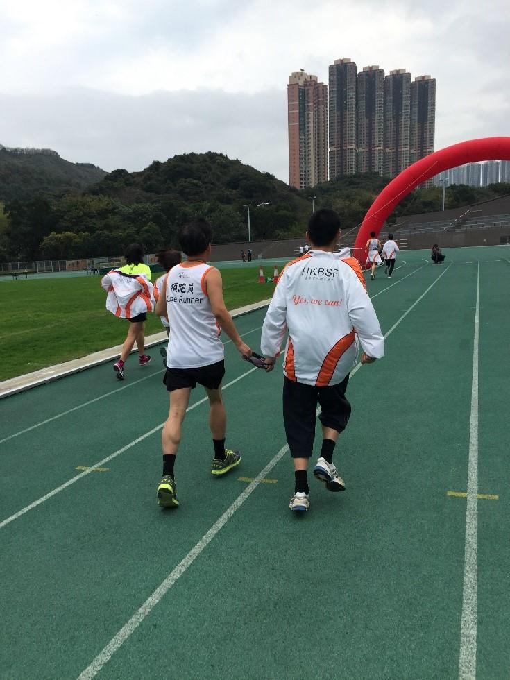 失明人士及領跑員一起跑步,體現傷建互勉的精神