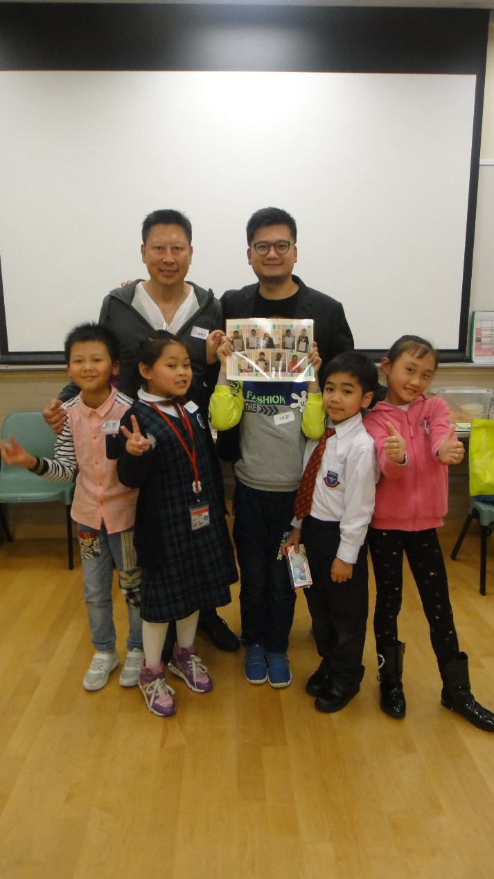 本會主席蘇國豪先生與委員王顯碩先生接受學生製作的紀念品