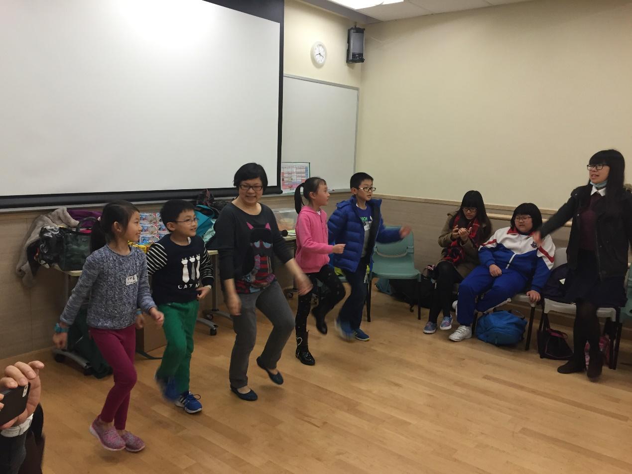 小小義工與學生們一起玩遊戲