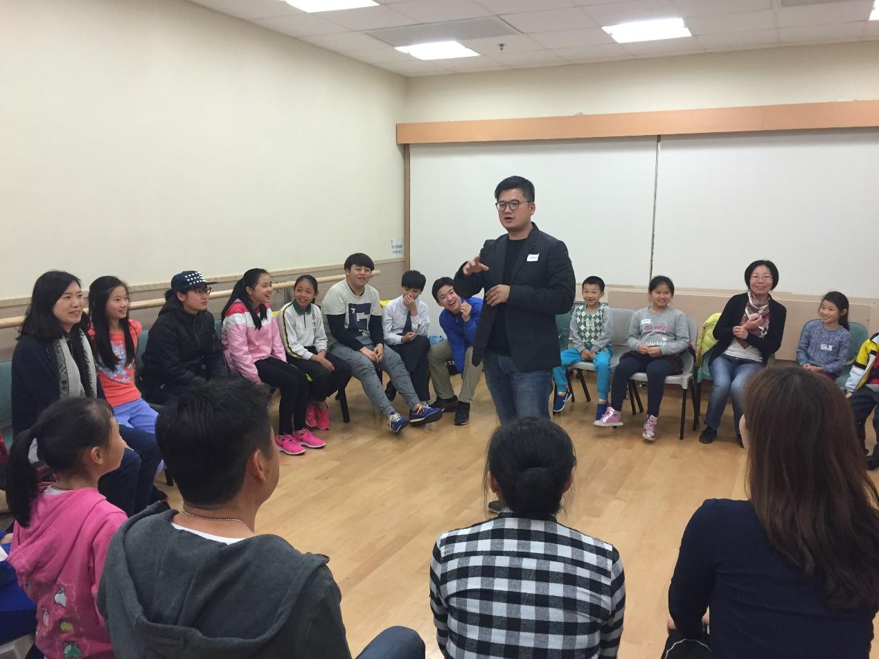 """委員王顯碩解釋遊戲規則給學生們,並與他們玩 """"大風吹"""""""