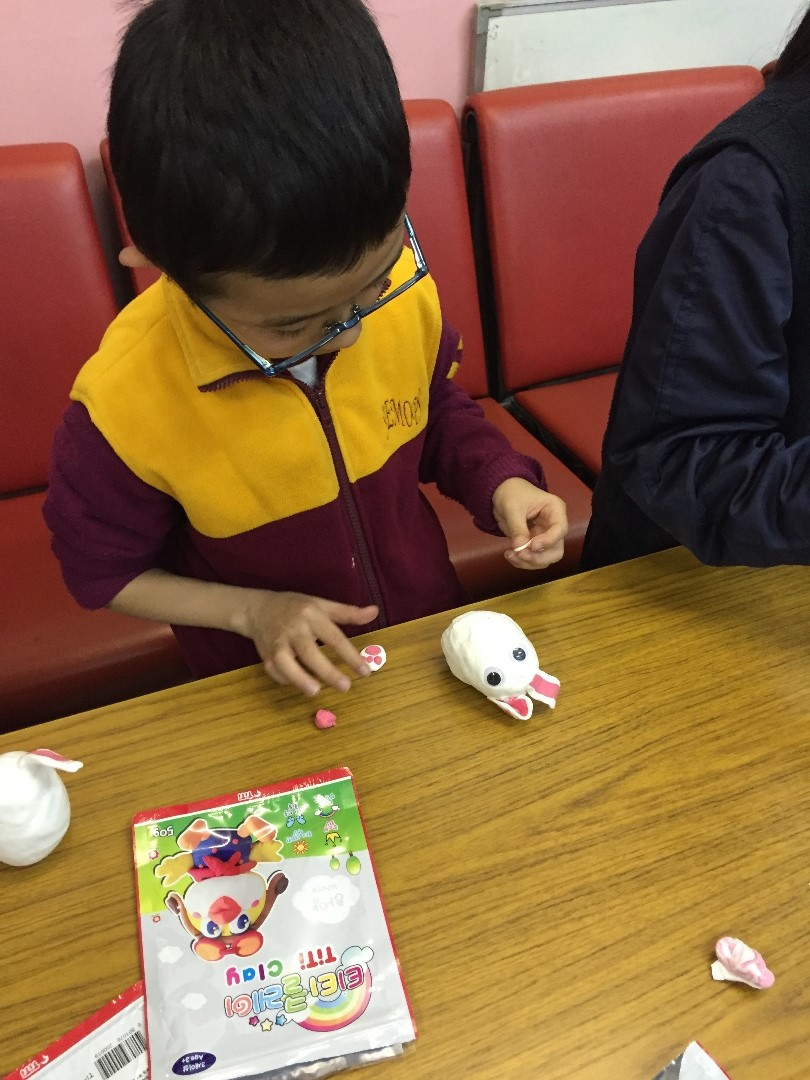 學生們發揮創意,製作自己的復活兔子