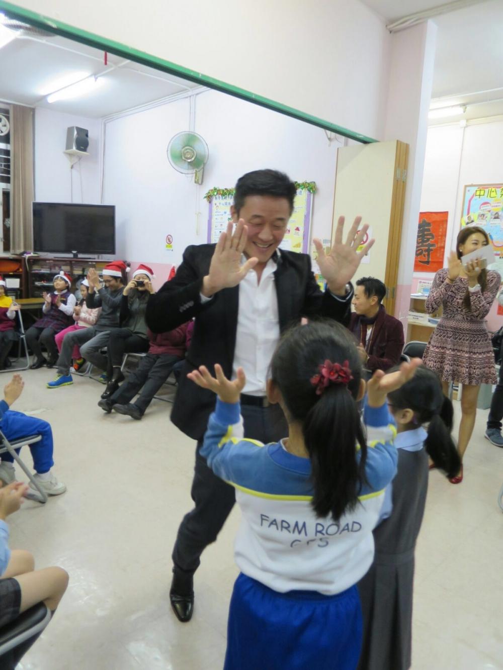孫國華先生與學童一起玩估領袖,學童們十分高興