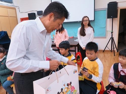 主席蘇國豪先生派發禮物給學童