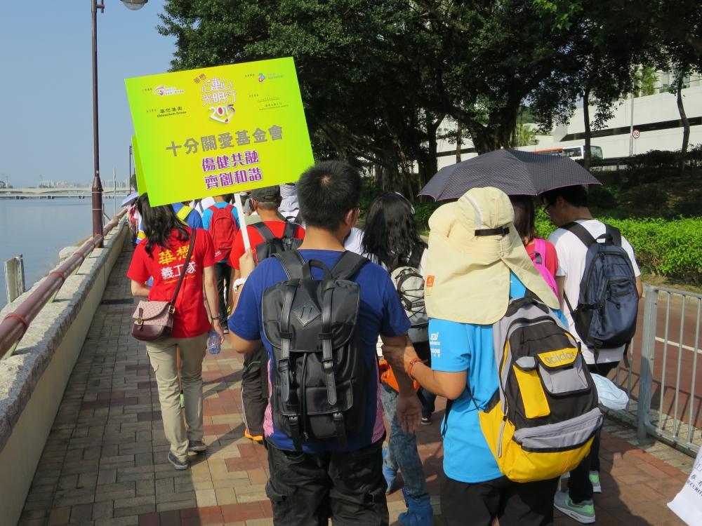 基金會義工跟隨大隊與視障人士一同環繞城門河一週。