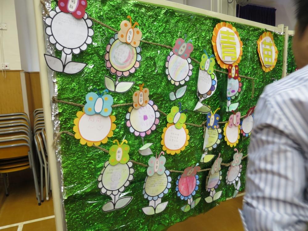 學童將心聲佈置成壁報,讓來賓們欣賞。