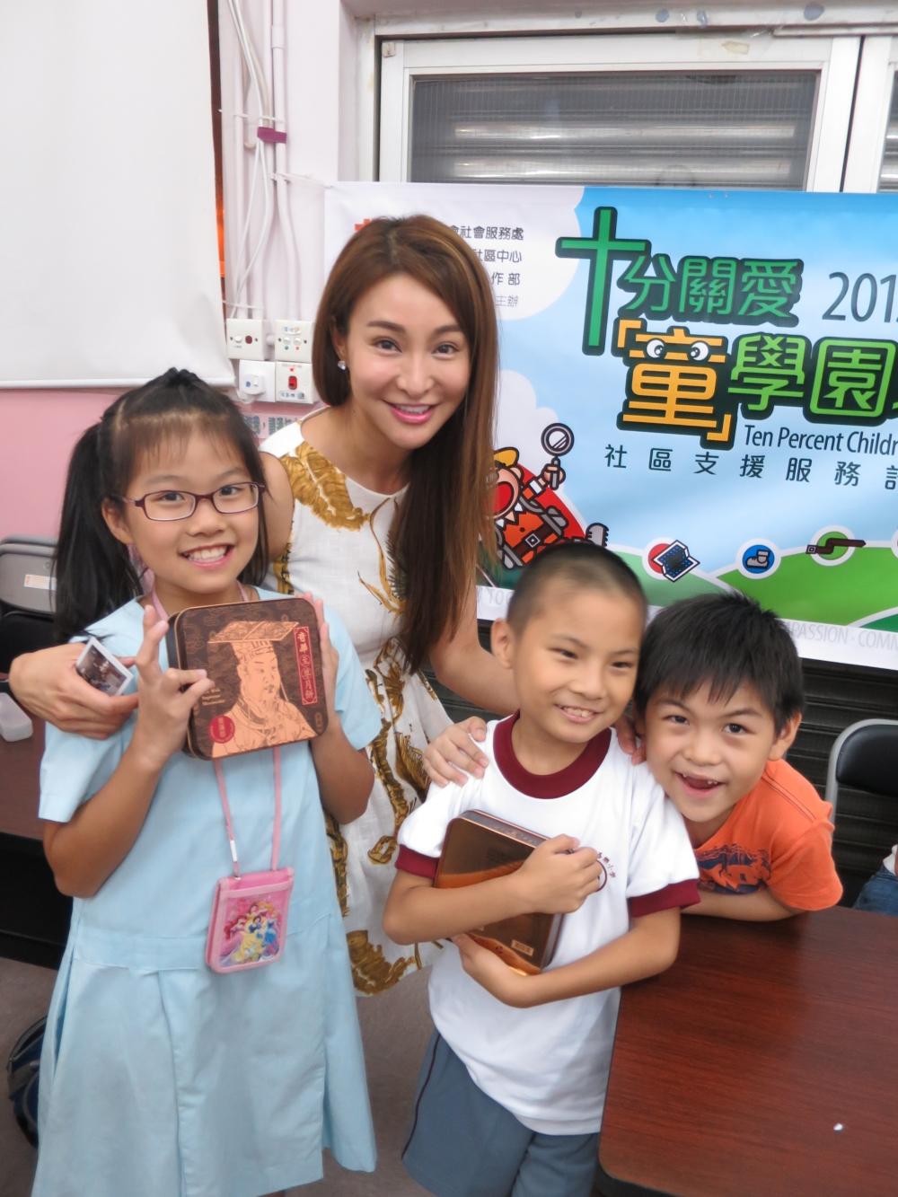 籌募委員Deon Chan與學童相處融洽。