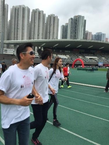 主席蘇國豪先生和十分關愛基金義工隊於慈善跑活動中全力以赴