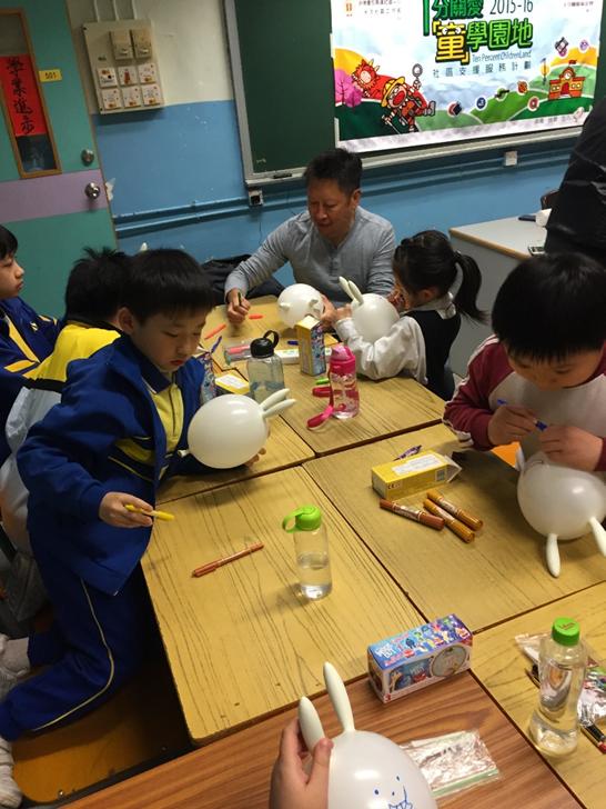 本會主席蘇國豪先生與學生一起製作復活兔氣球
