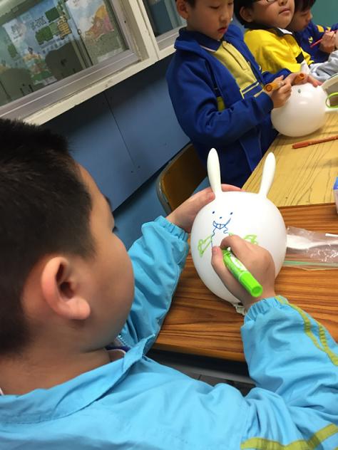 學生們設計自己的復活兔氣球