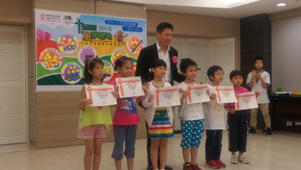 主席蘇國豪先生正頒發嘉許狀給學童。