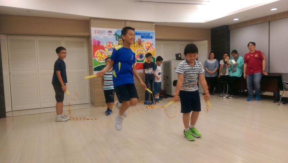 學童準備了花式跳繩、話劇等精彩節目。