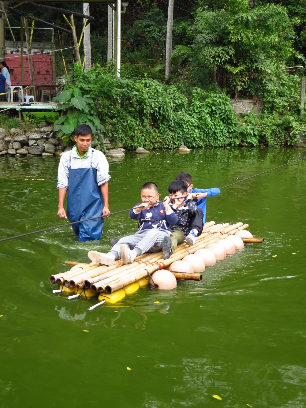 小朋友要想辦法過河,他們能好好合作嗎?