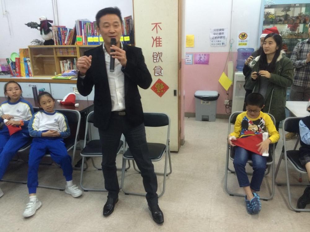 與學童分享節日的喜悅