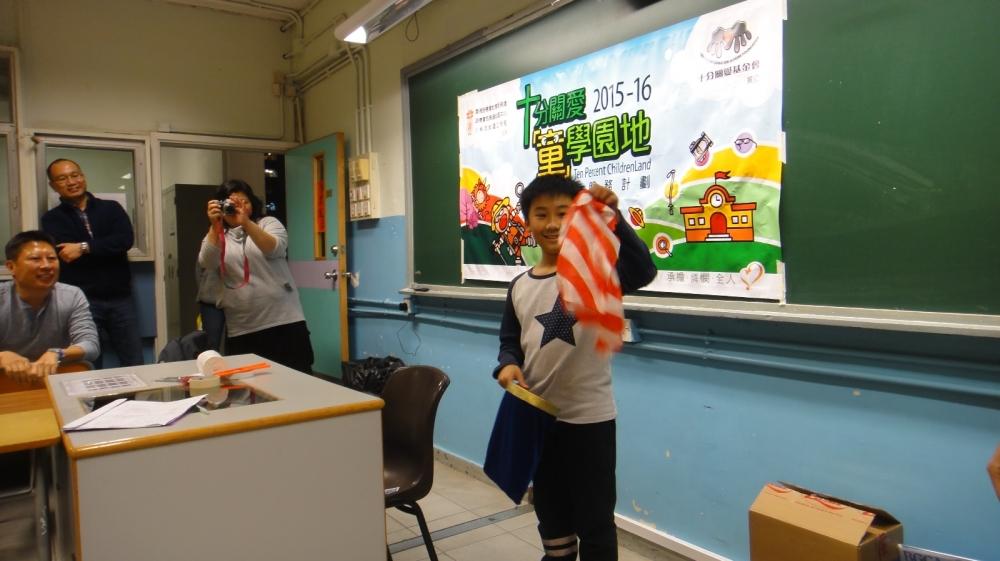 學生自信地表演精彩魔術給同學及本會義工隊觀賞