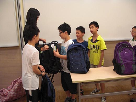 捐贈課外讀物、教材及書包予學生。