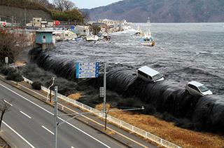 地震更引發海嘯,造成嚴重傷亡。