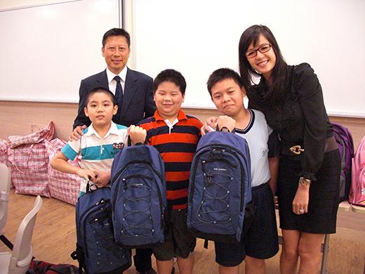 副主席蘇國豪先生及籌募委員黎娟小姐代表派贈書包。