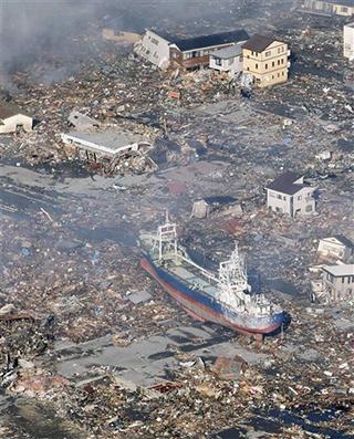 強烈地震令房屋倒塌,滿目瘡痍。
