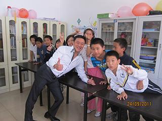 2011年主席孫國華先生代表探訪社區,難得放下一切繁憂與孩童打成一篇。